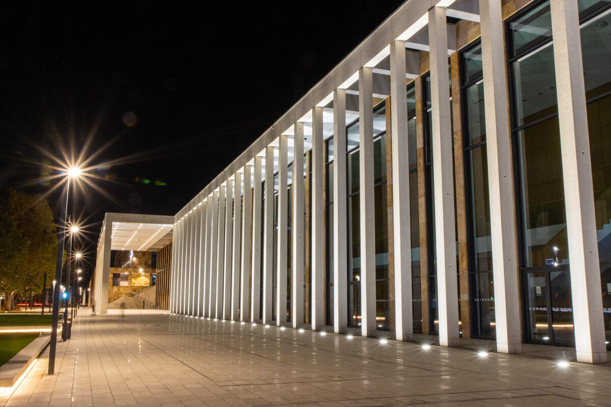 Die Arcaden des RheinMain-Congresscenters bei Nacht.