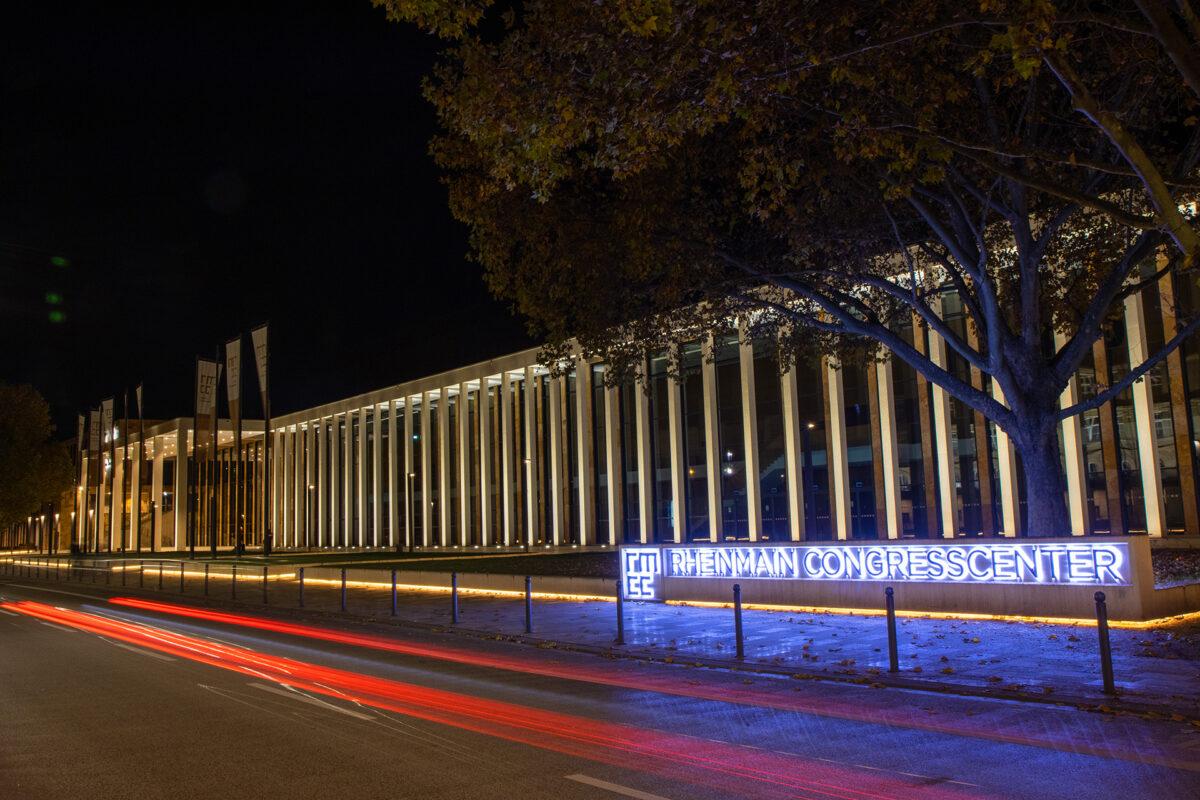 Das RheinMain-Congresscenter von der Straße gesehen.