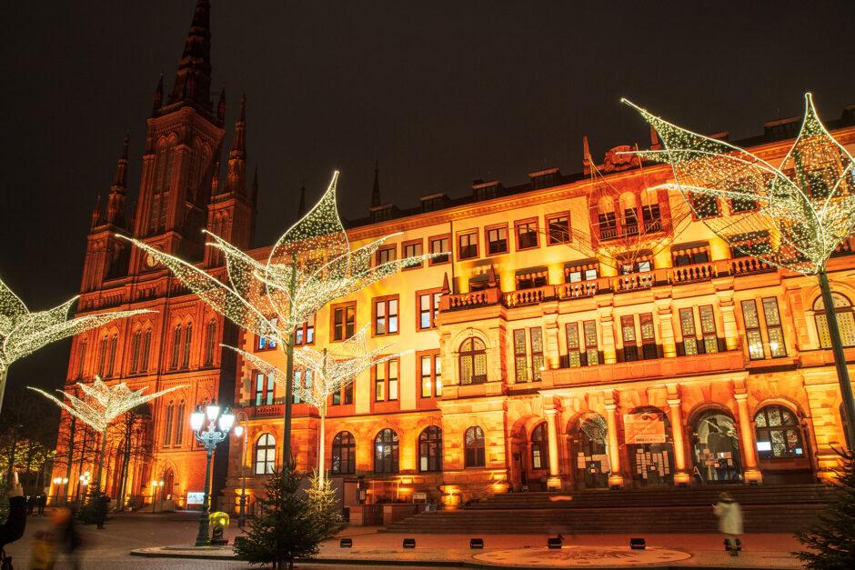 Wiesbadener Rathaus und Marktkirche mit den Lilien des Sternschnuppenmarktes.