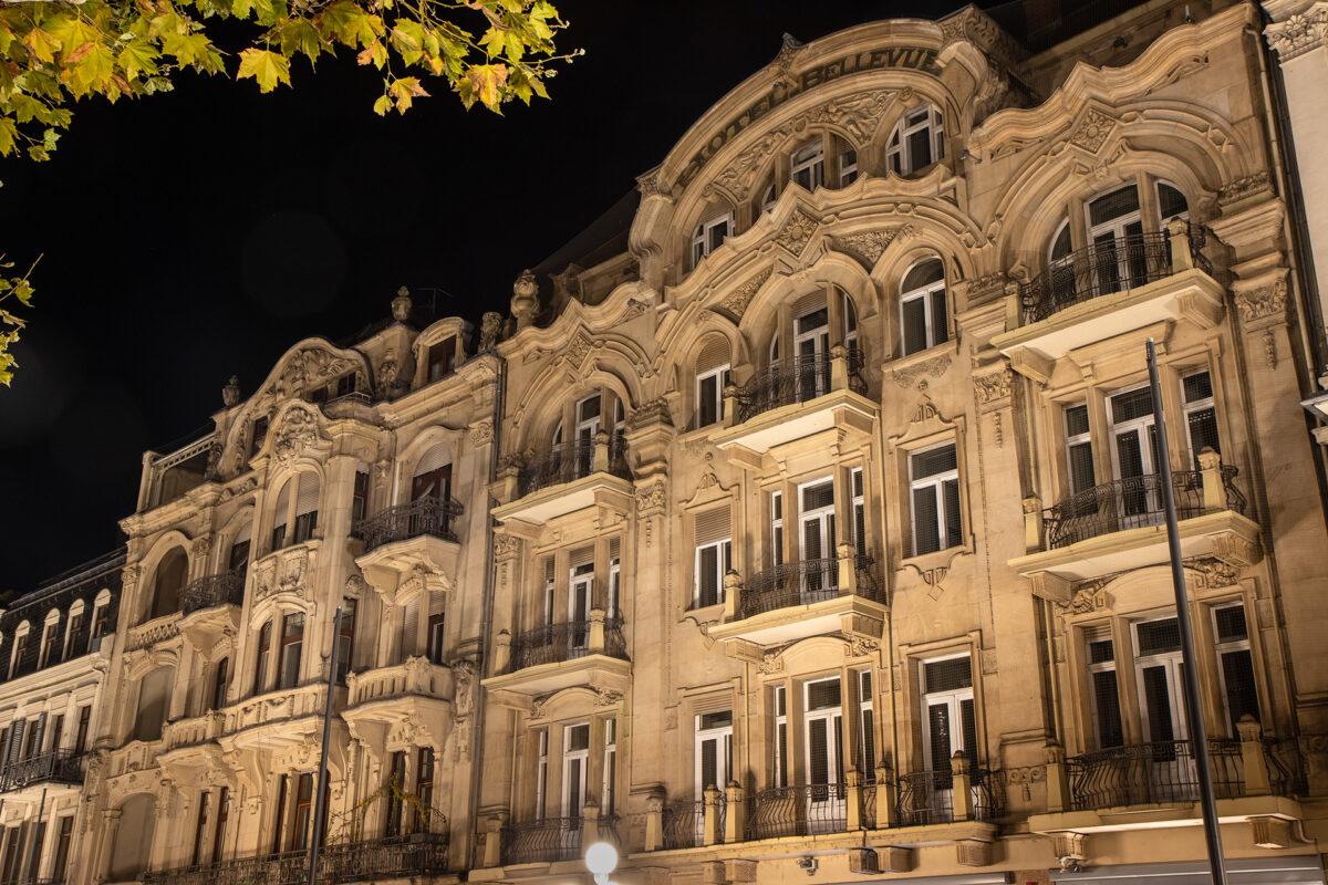 Das ehemalige Hotel Bellevue bei Nacht.
