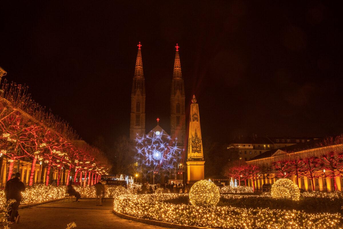 Mit großen Laserlichtern kann auf die Oberfläche der Kirche gezaubert werden.