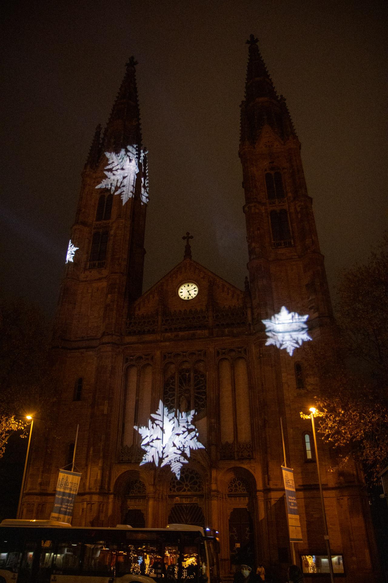 Schneeflocken rieseln auf Wiesbaden herab...