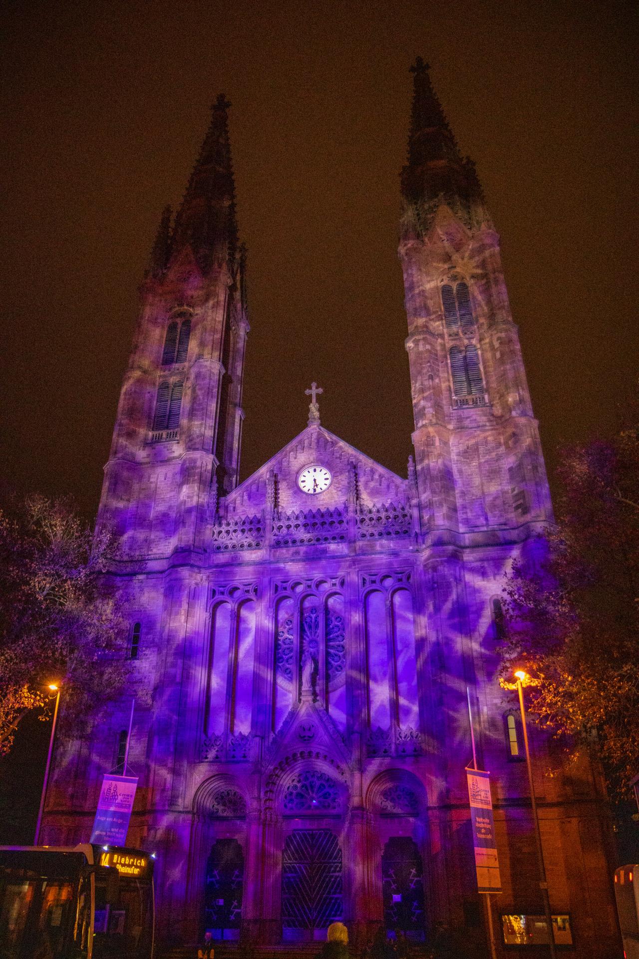 Die St. Bonifacius-Kirche im lila Sternenkleid.