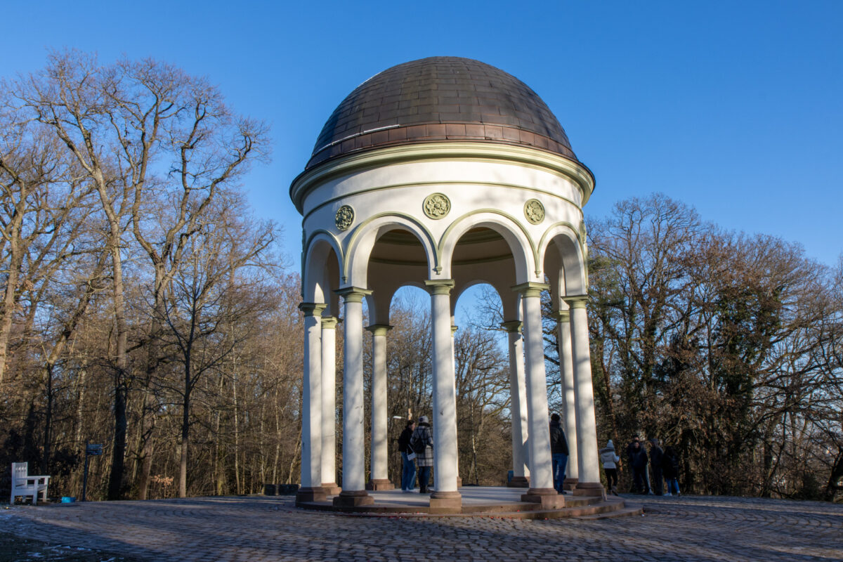 Neroberg-Tempel, Russische Kirche, Freibad, Erlebnismulde, Kletterwald. Auf dem Neroberg gibt es einiges zu erkunden.