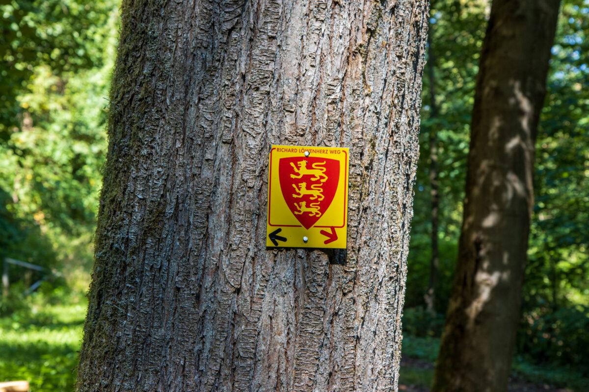 Die englischen Löwen auf gelbem Grund. Meine Wanderkennung für den ersten Part meiner Tour.