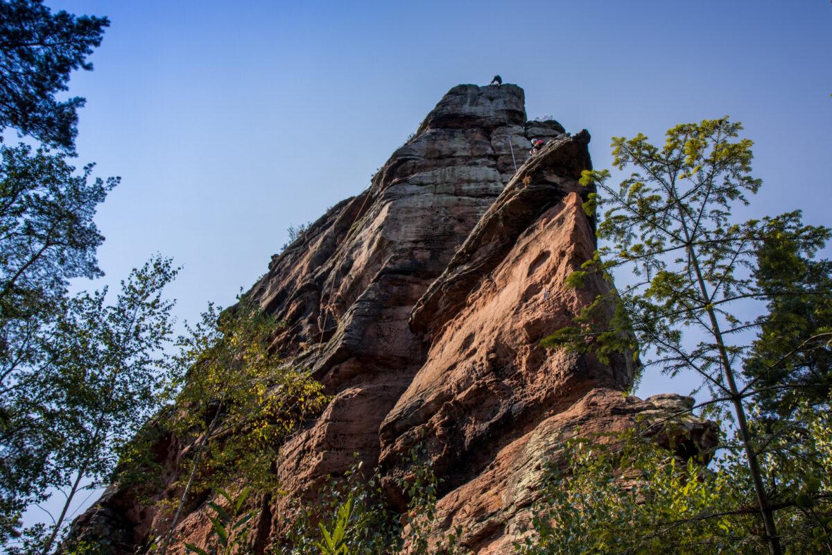 Kletterer beim Aufstieg und ebenfalls Pause machend auf dem 58 Meter hohen Asselstein.