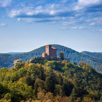 Den besten Blick auf die Burg Trifels hatte man vom Plateau rund um die Burgruine Aneboss.