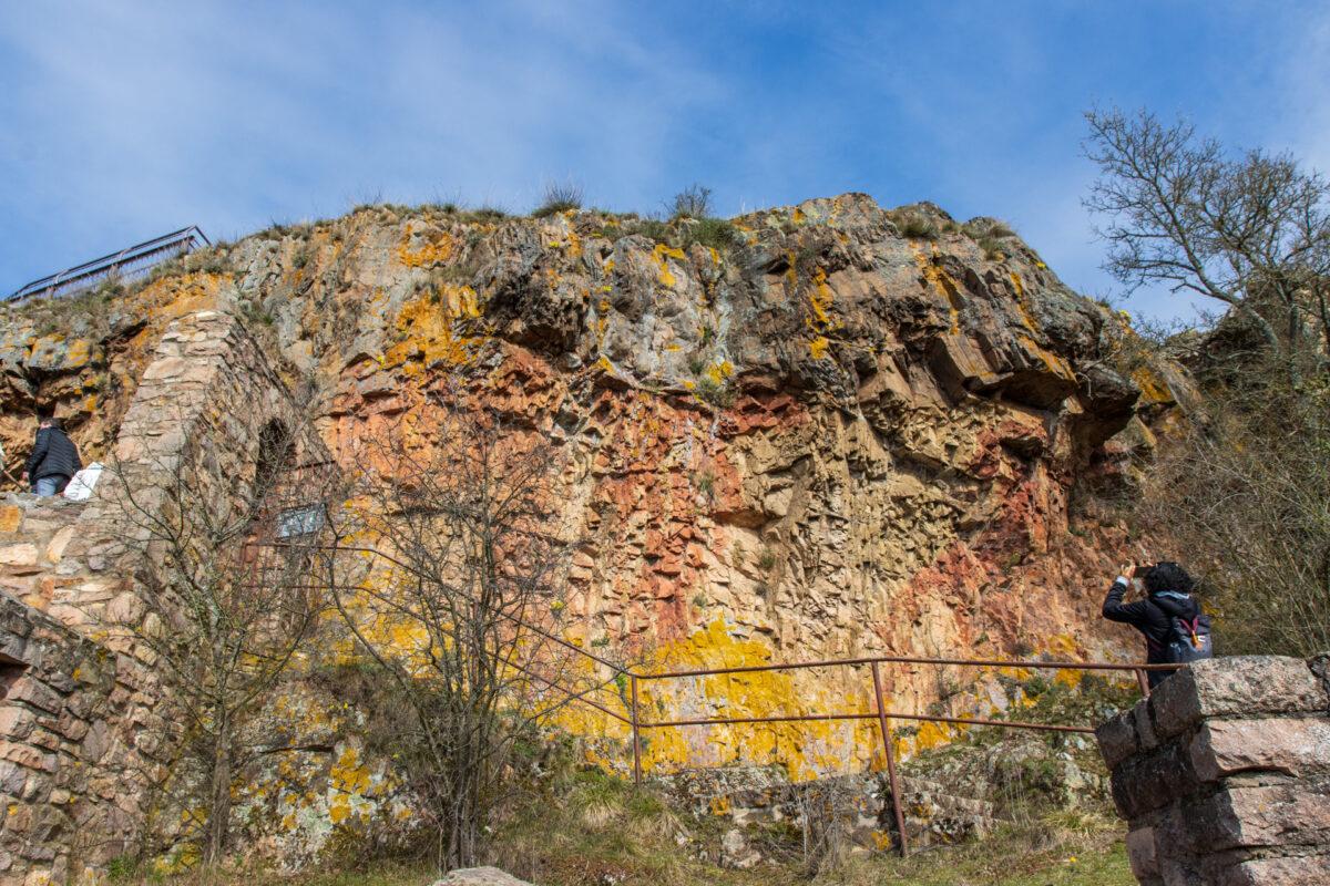 Auf der Ruine Rheingrafenstein zeigte sich der Felsen richtig farbenvoll.