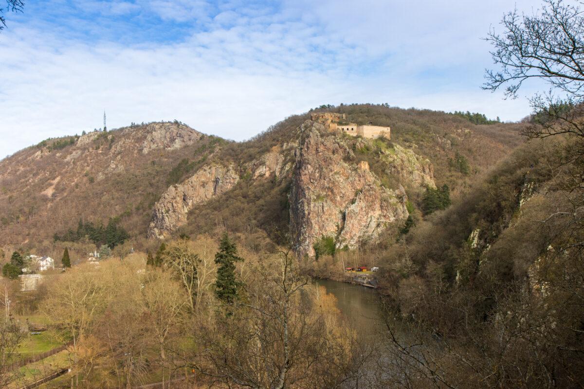 Blick zurück auf den Rheingrafenstein und die Burgruine oben drauf.