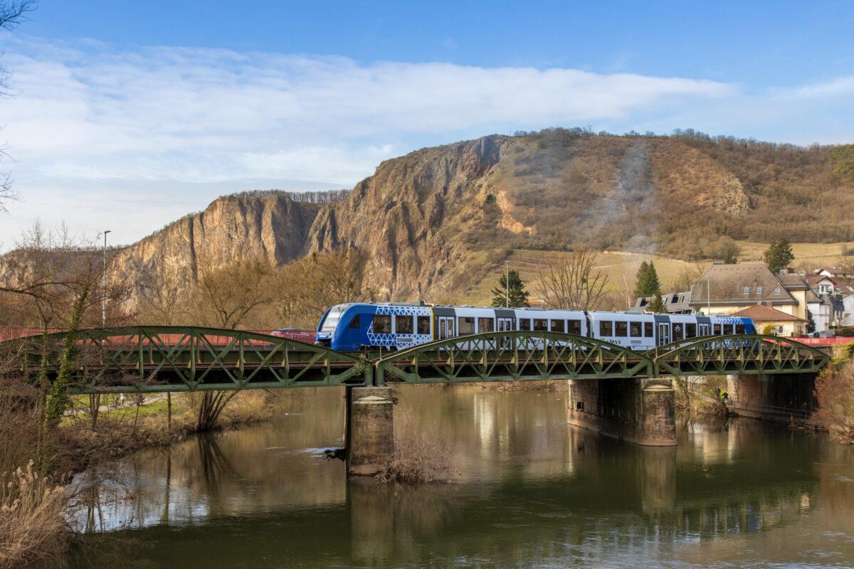 Das freut das Fotografenherz. Eine Eisenbahn genau zum richtigen Zeitpunkt.