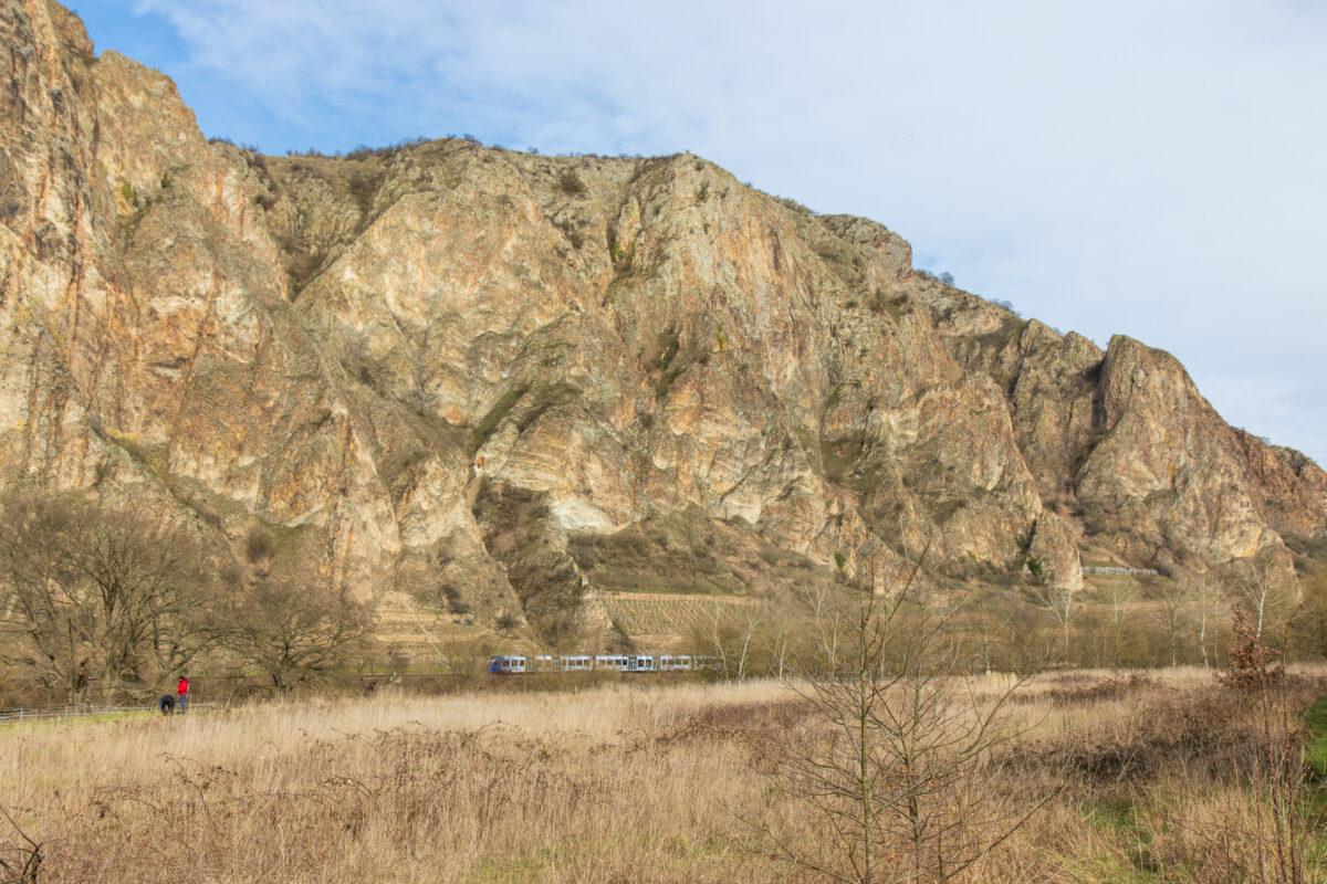 Zwischen Bad Münster und Norheim im Nahetal. Die Eisenbahn auf der Nahetalbahn verdeutlicht die Ausmaße ein wenig.