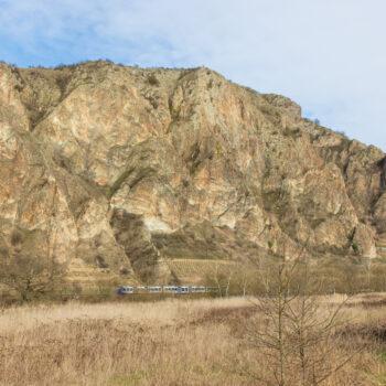 Zwischen Bad Münster und Norheim im Nahetal. Die Eisenbahn verdeutlicht die Ausmaße ein wenig.