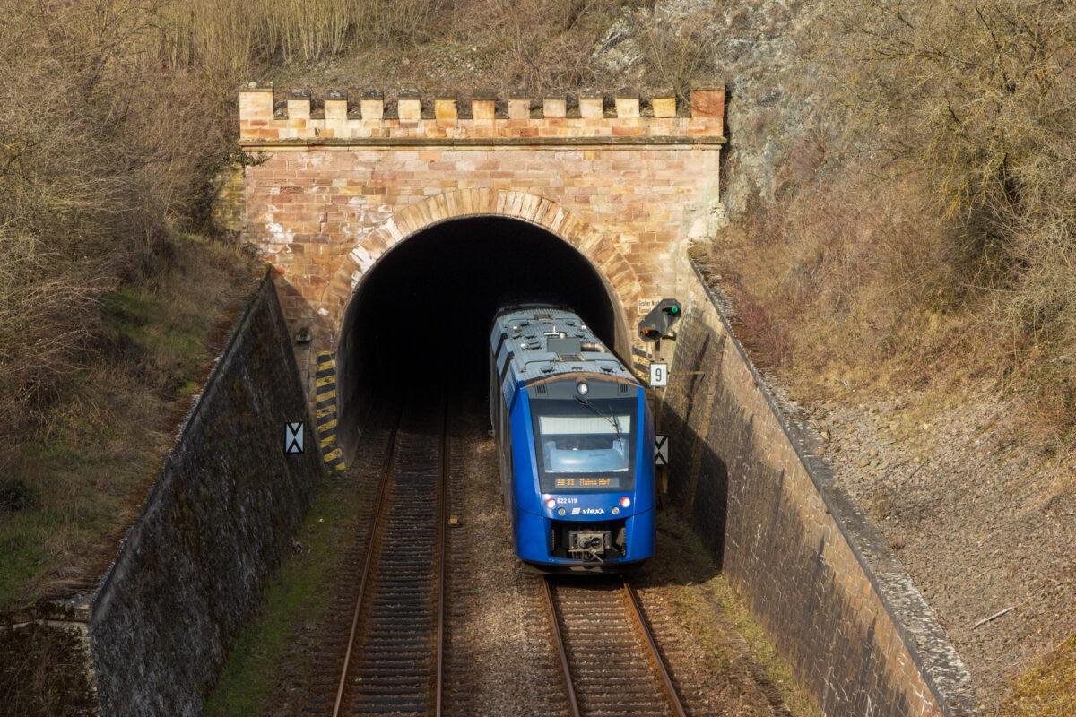 Zwischen dem Kleinen und dem Großen Norheimer Tunnel tritt die Nahetalbahn für ein kurzes Stück an die Oberfläche.