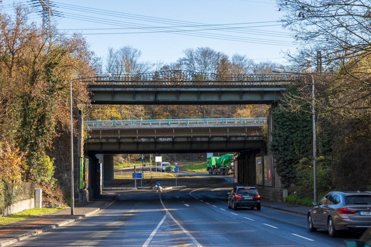 Brückenintermezzo am Amöneburger Kreisel. Das Gütergleis verlief über die Brücke mit den hübschen Eisengeländern im Vordergrund.