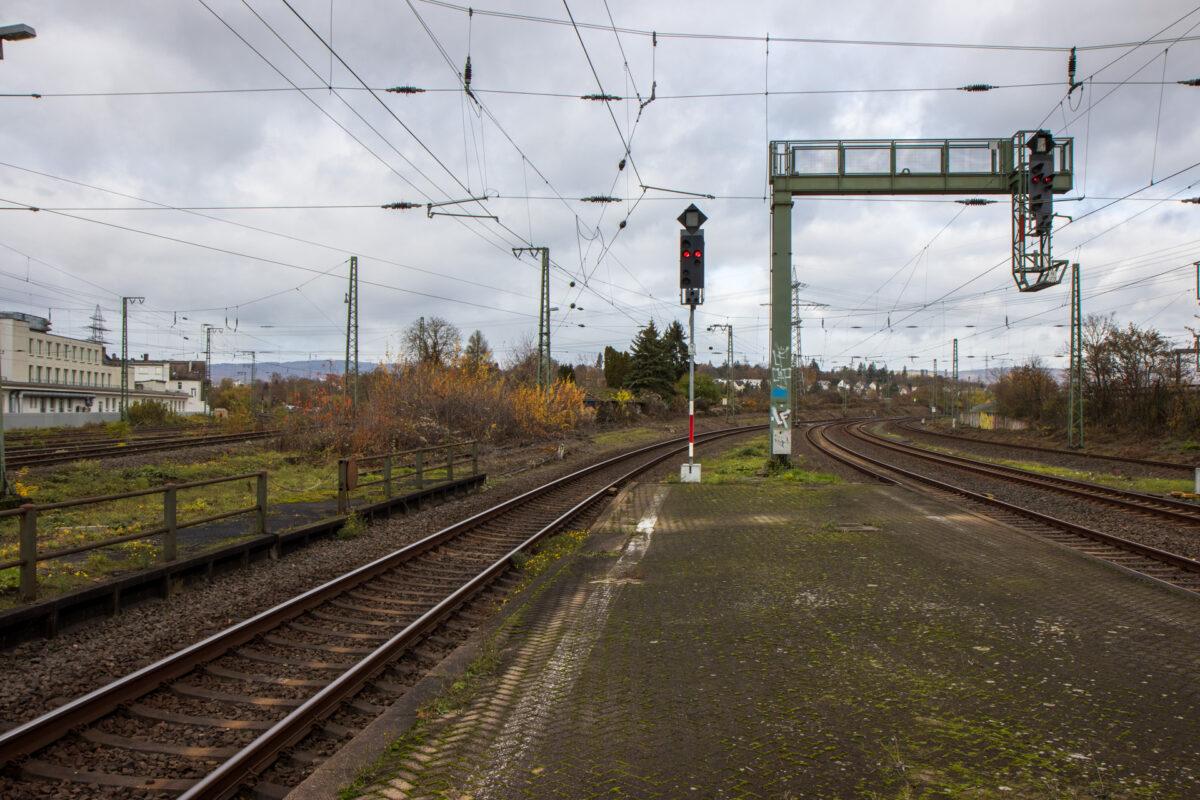 In Wiesbaden Ost beginnt die Strecke. Links vom Gleis an Bahnsteig 4 sieht man das verwachsene Gleis und alte Kilometertafeln Richtung Erbenheim.