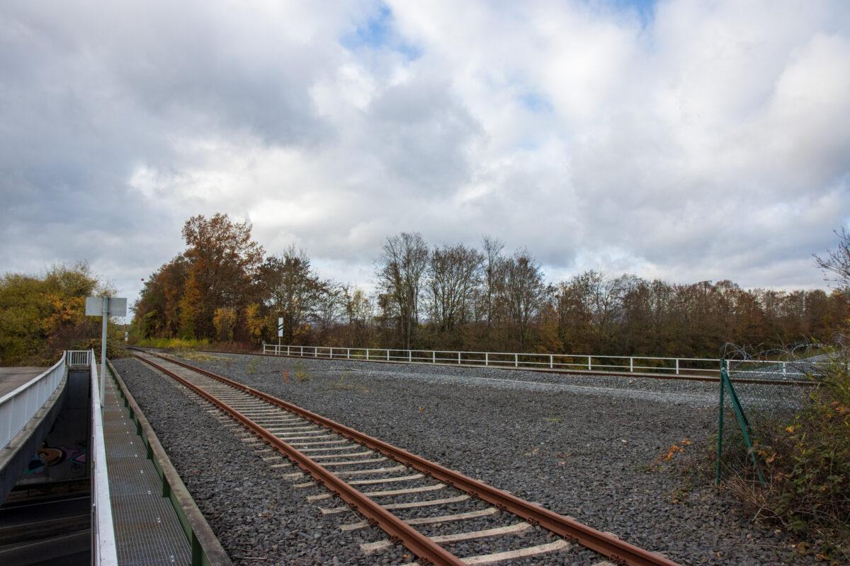Die heute überdimensionierte Brücke über die B455. Im Vordergrund das tote Gleis zum Flugplatz. Im Hintergrund die Ländchesbahn von Wiesbaden nach Niedernhausen.. Dazwischen lagen früher noch zwei weitere Gleis zum Güterbahnhof in Erbenheim.