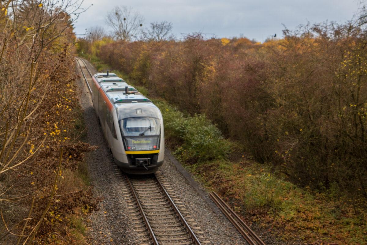 Eine Regionalbahn der Hessischen Landesbahn auf der Ländchesbahn. Rechts vom Gleis ist noch gut die Trasse des zweiten Gleises erkennbar.