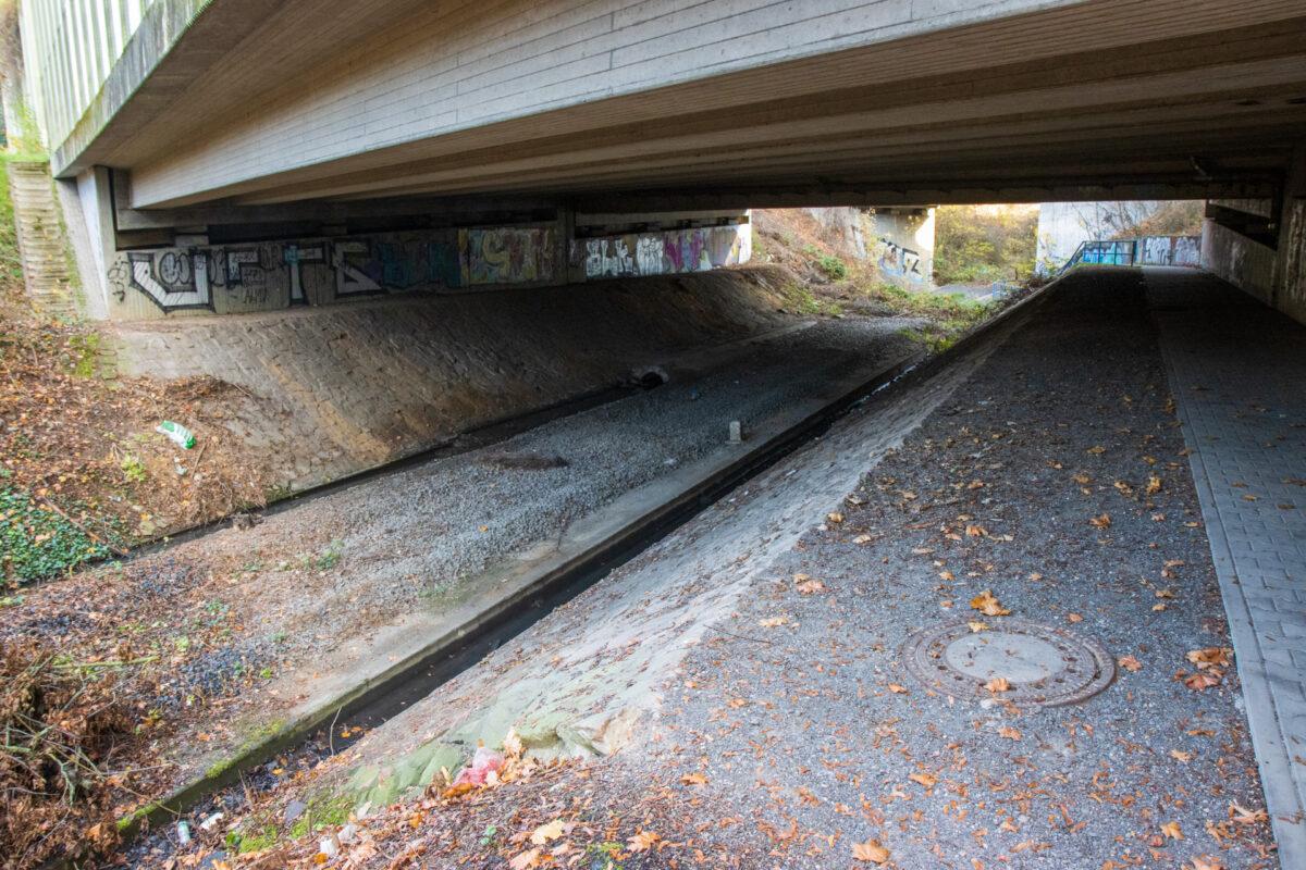 Die Unterquerung der A66 und unmittelbar dahinter die Unterquerung der ICE-Trasse. Seit etwa 2011 sind die Schienen hier entfernt.