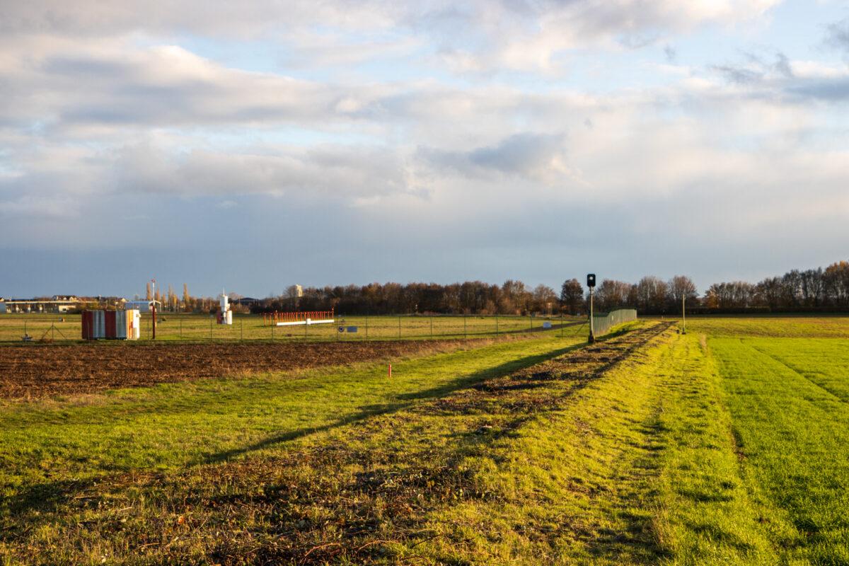 Der Blick vom Bahnübergang Richtung Flugplatz. Diese Aufnahme habe ich im November 2020 gemacht.