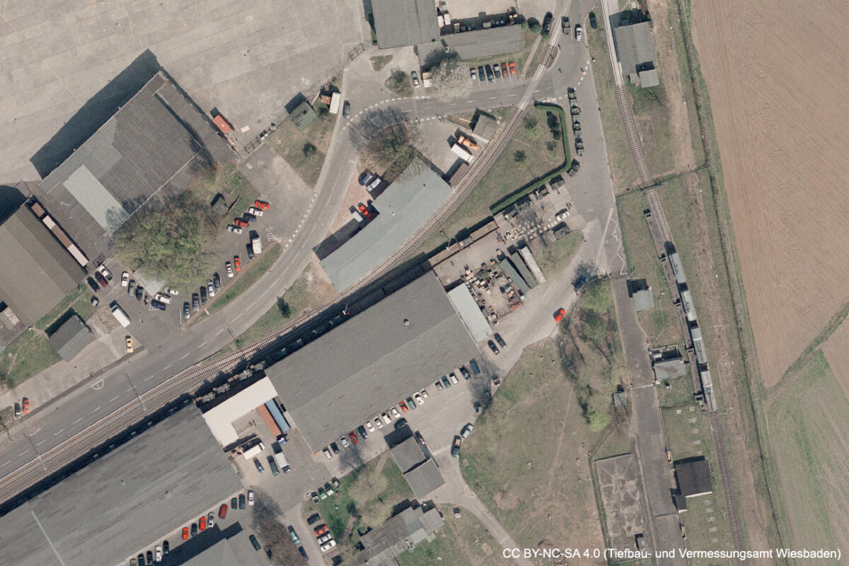 Die US-Militärbasis Erbenheim im Jahr 2003 aus der Luft. Gut erkennbar der kleine Stau an der Panzerrampe beim Verladen der Fahrzeuge. (Quelle: Geoportal der Stadt Wiesbaden, CC BY-NC-SA 4.0)
