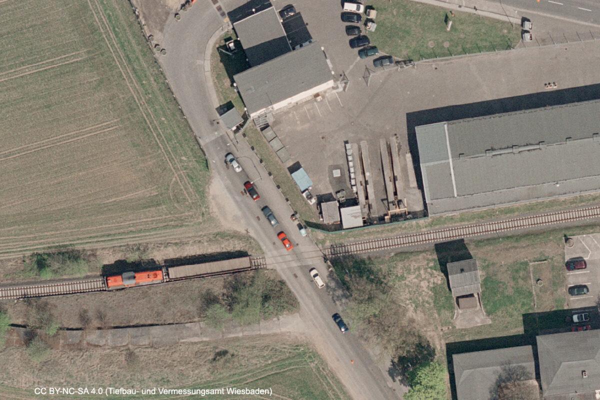Im trockenen Sommer 2003 konnte ich letztmaligen aktiven Betrieb zur Kaserne nachweisen. (Quelle: Geoportal der Stadt Wiesbaden, CC BY-NC-SA 4.0)