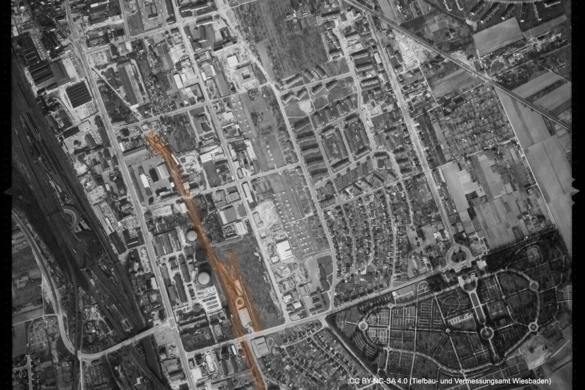 Luftbildaufnahme von 1966 des Stadtwerke-Areals. Die Gleise von mir leicht hervorgehoben. Gut zu erkennen die runden Gaslagertanks. (Quelle: Geoportal der Stadt Wiesbaden, CC BY-NC-SA 4.0)