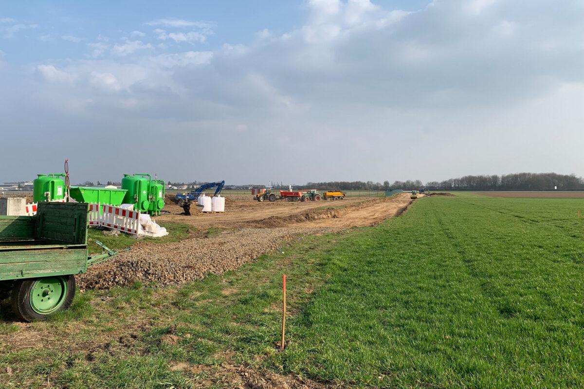 Ende März 2021 war das einsam auf weiter Flur stehende Signal sowie der Gleisunterbau gerade frisch abgetragen.