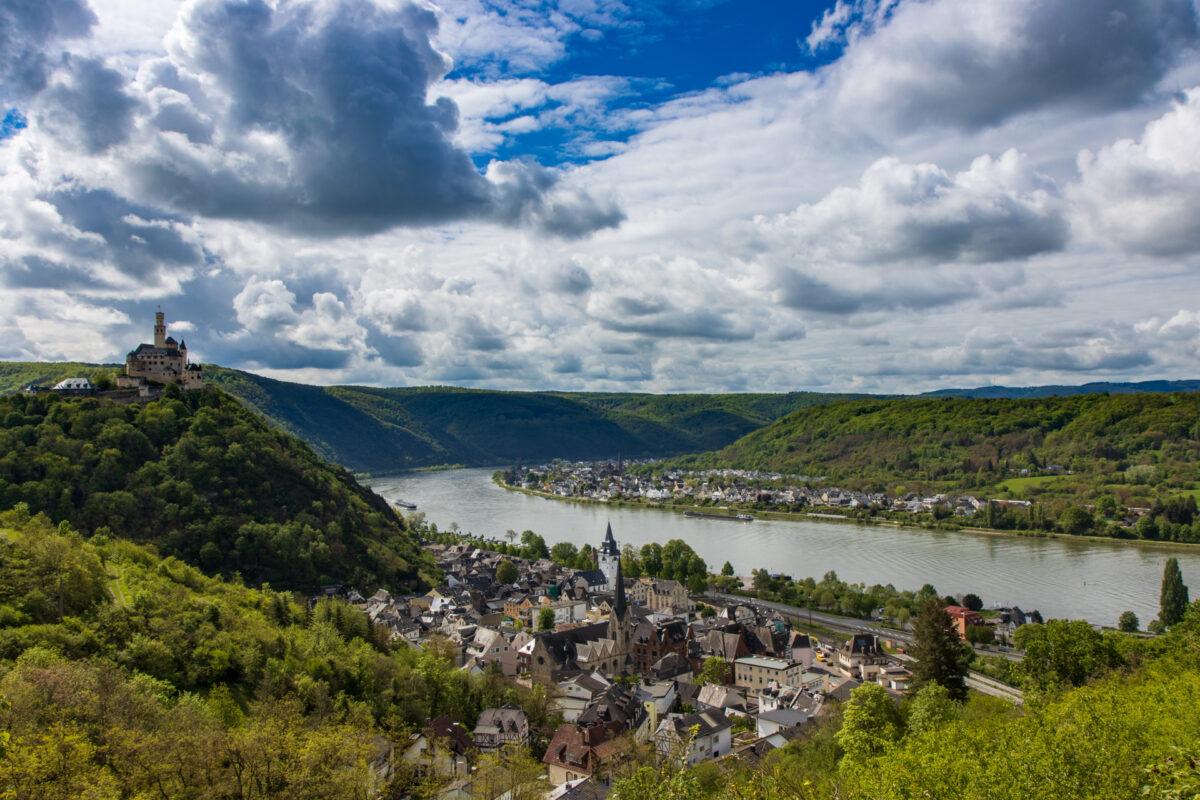 Links auf dem Berg nochmal die Marksburg, unten im Tal das Städtchen Braubach im Mittelrheintal.