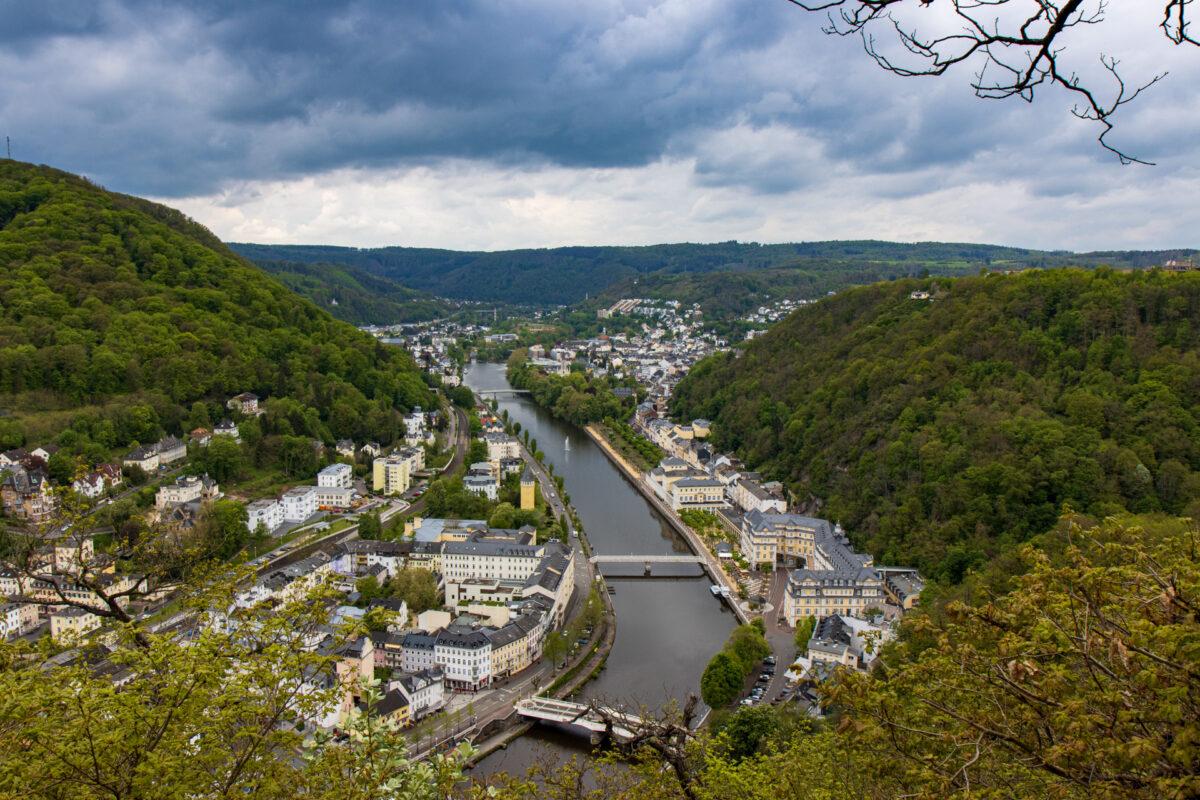 Hoch oben auf der Bäderlei Kanzel hat man einen tollen Blick zurück auf Bad Ems und das Kurviertel.