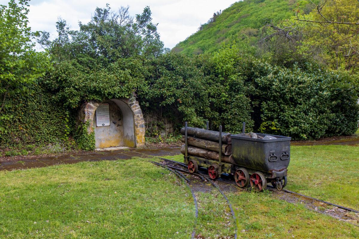 Wie in Laurenburg traf ich entlang der Strecke immer wieder auf Überreste der Bergbauzeit an der Lahn.