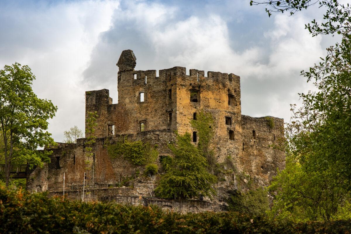 Dieses Bild zeigt die Burgruine Balduinstein. In diesem Abschnitt passierte man einige Burgruinen.