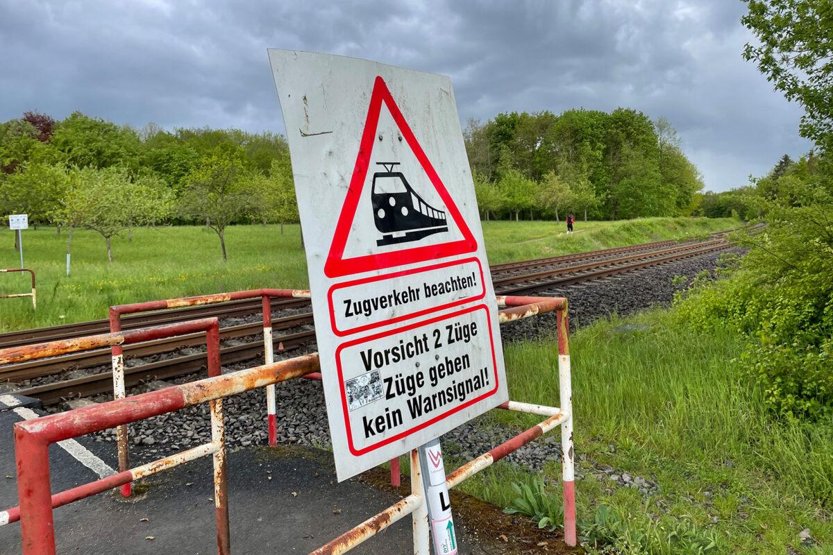"""Kurz vor Limburg zog dann dieses Schild meine Aufmerksamkeit auf sich. Es macht glaube ich nur Sinn, wenn man sich hinter """"2 Züge"""" einen Punkt dazu denkt."""